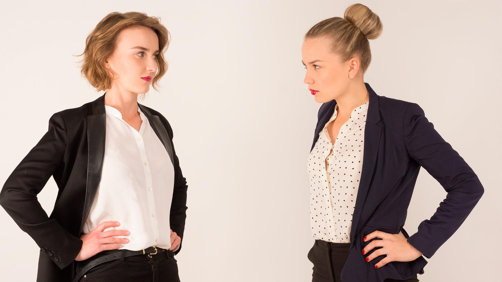 birbirine gergin bakan kadınlar